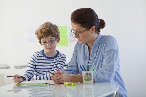 子供の勉強を見る女性