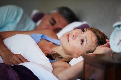ベッドに寝ている女性 寝言