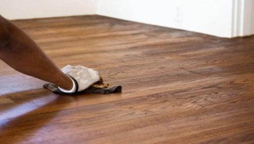 床の傷を簡単に消す方法