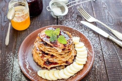 ヘルシー朝食:オーツ、バナナ、ココア、ココナッツオイルのパンケーキ