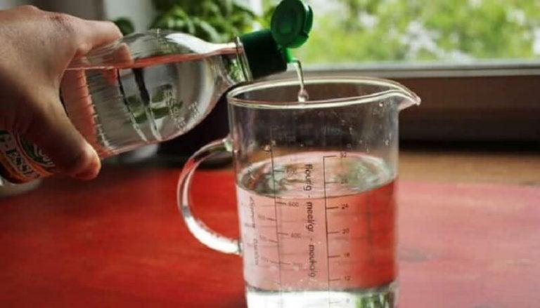 計量カップとビネガー カビを除去する