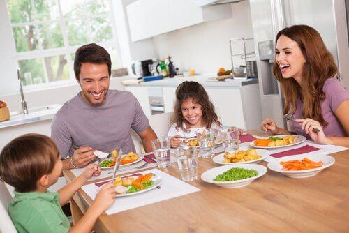 家族で食事 脂肪分の代わりに炭水化物を減らす