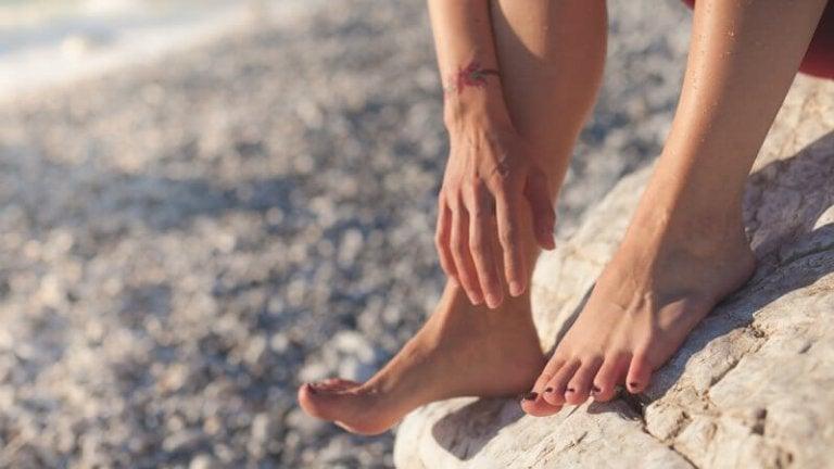 海辺で裸足
