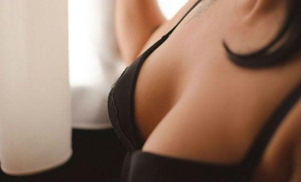 黒のブラ 美しいバスト