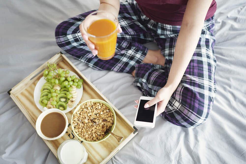 座って朝食