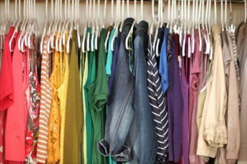クローゼットの服の色