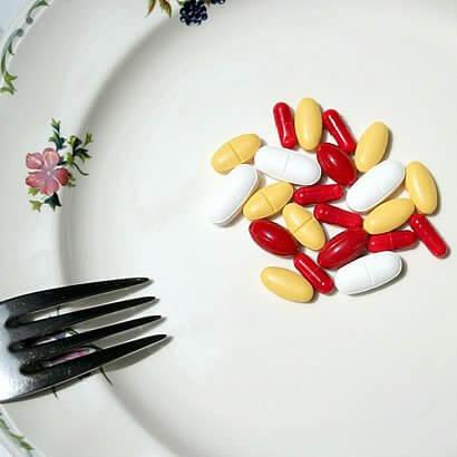 下剤 便秘は、思っているより深刻な問題です。適切に体を浄化しないと、慢性的退行疾患で悩むことになりかねないのを頭に入れておくべきです。ですから、適切な食事と自然療法で、できるだけ早く腸管運動の調節を始めましょう。 この記事では、天然フラックスシード療法で便秘を治せる方法をご紹介します。フラックスシードは排泄をスムーズにして腸機能を調節にするのに役立ちます。
