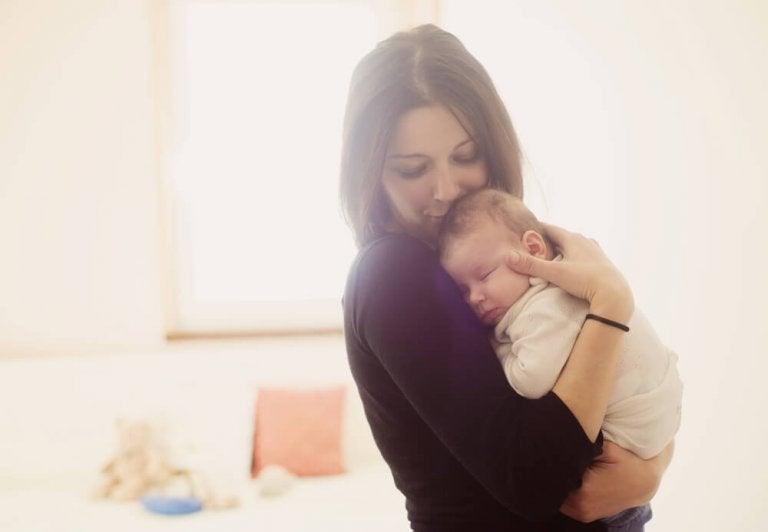 抱っこしている母 初めてママになる人