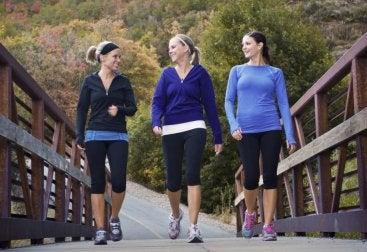 散歩する女性 心臓発作の前触れ