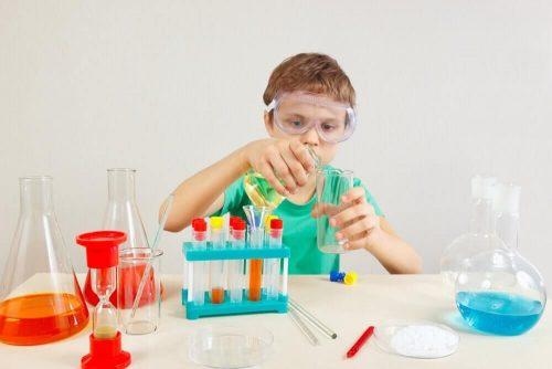 実験をする子供
