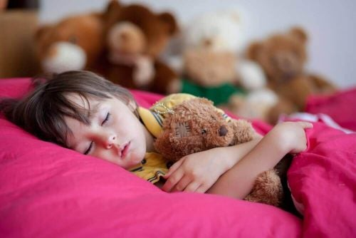 遅い就寝時間が子供に与える4つの悪影響