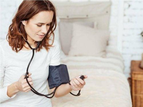 血圧をコントロールする女性