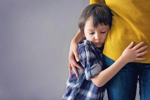 母親に抱きつく子ども