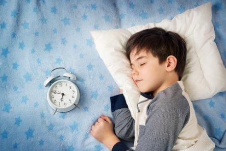 子供と目覚まし時計 健康体重を気にかける