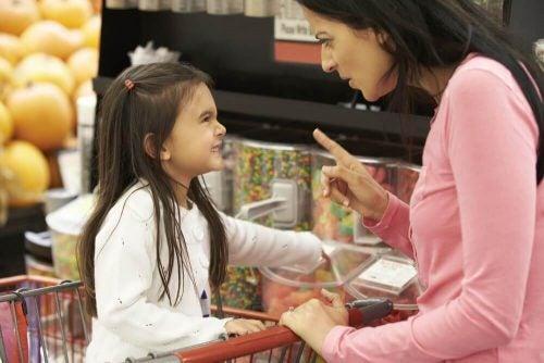 母親の 言うこと を聞かない反抗する子ども