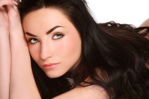 力強い髪の成長を促進する天然トリートメントの作り方