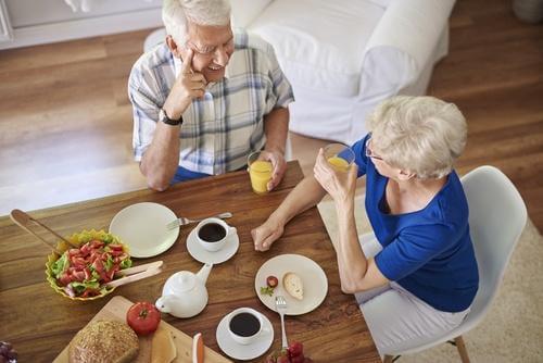 高齢者の談笑 睡眠薬 副作用 リスク