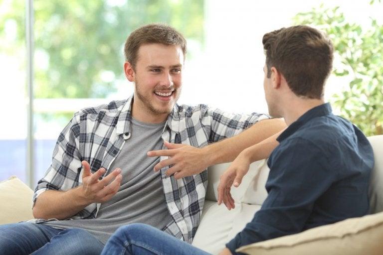 話す男性2人