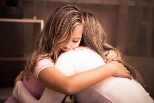 抱擁する母と娘