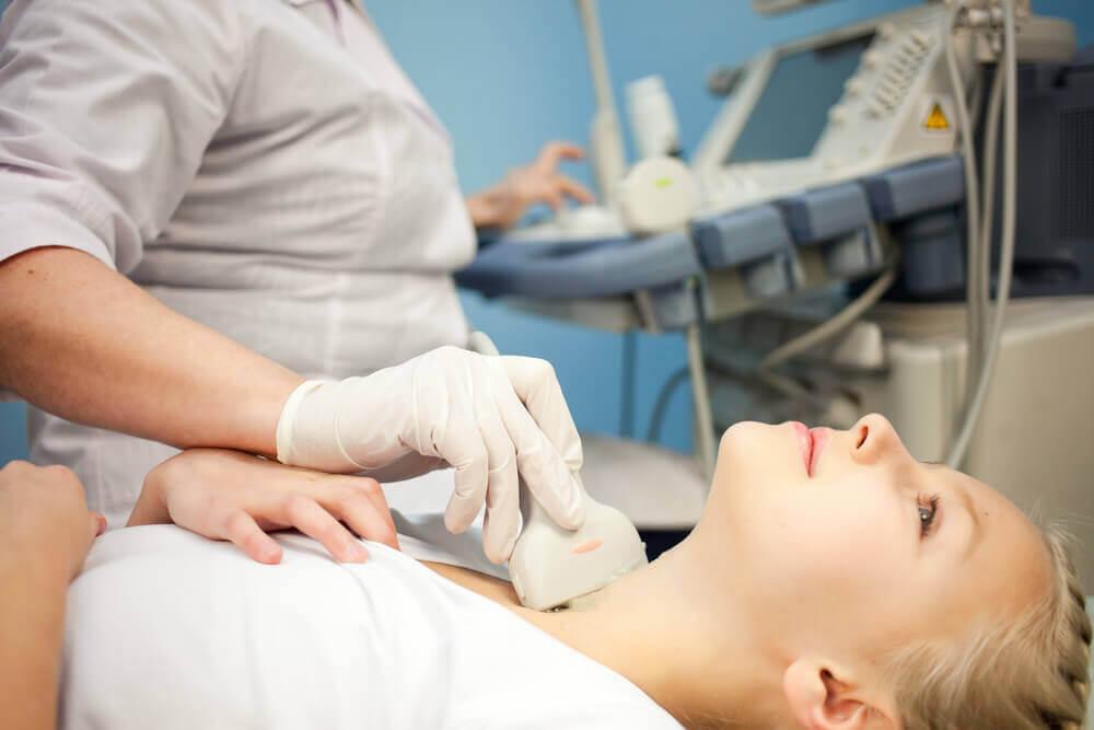 甲状腺機能亢進症の診察を受ける女性