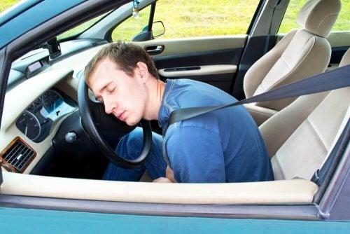 運転中の眠気を覚ます9つのアドバイス