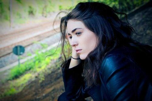 線路を見つめる女性