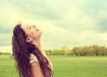 平原で空を仰ぐ女性