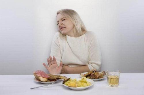 胃を押さえる女性