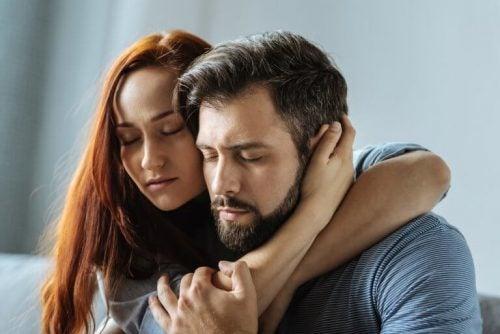 男性を抱きしめる女性 オープンリレーションシップ