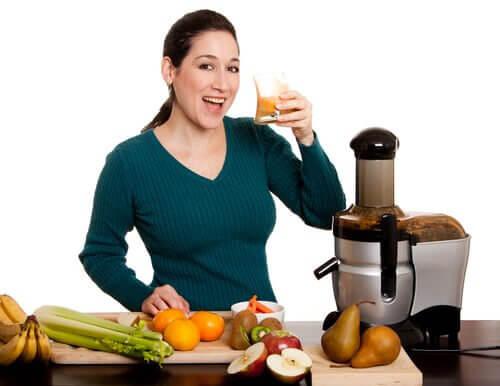 ジュースを作る女性