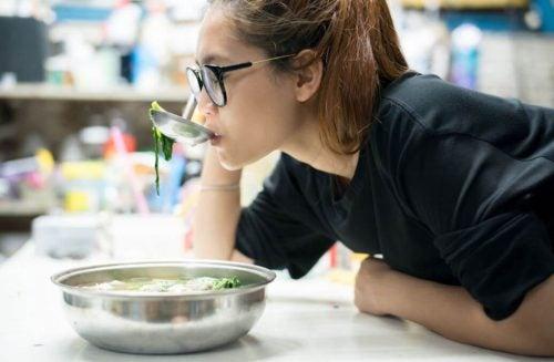 スープの味見をする女性