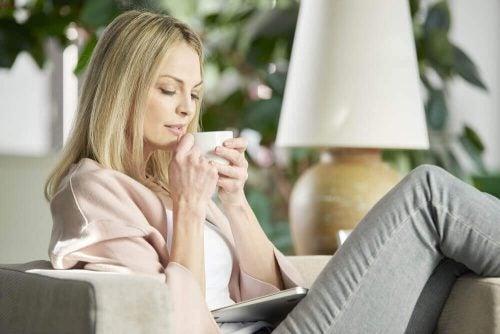 家で休む女性