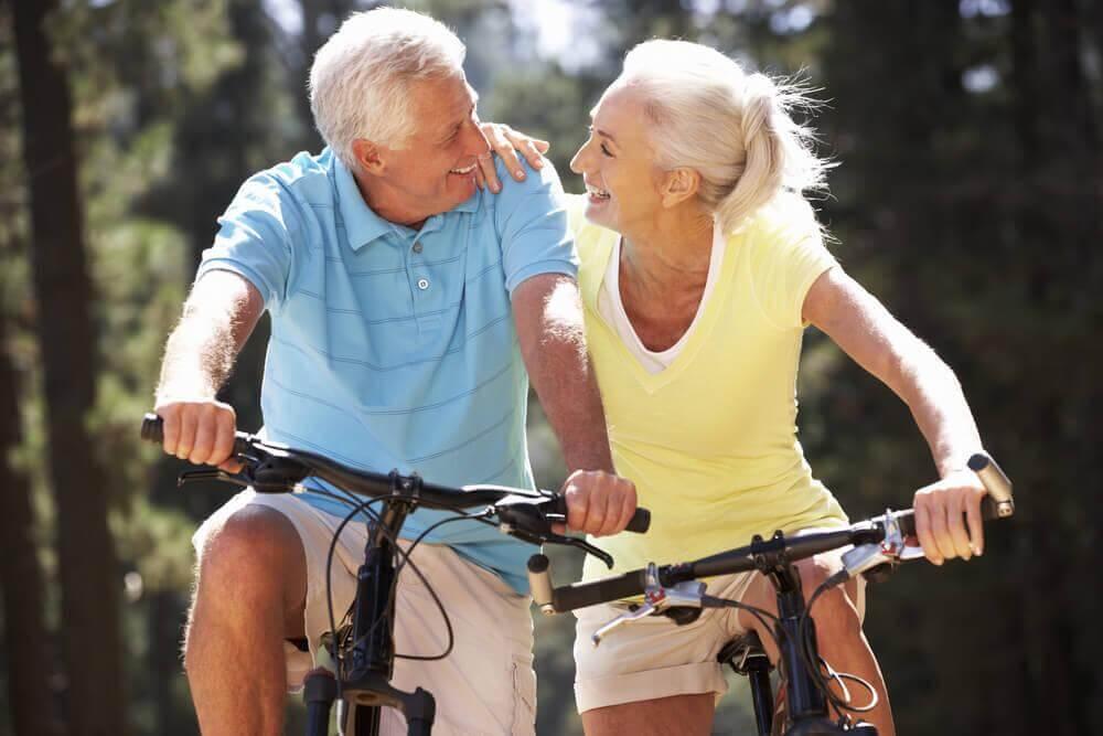 自転車に乗るシニア世代