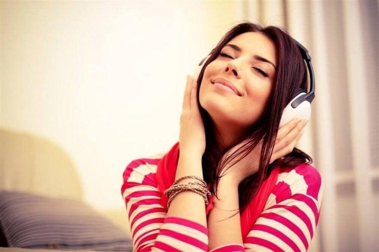 音楽を聴く女性 睡眠
