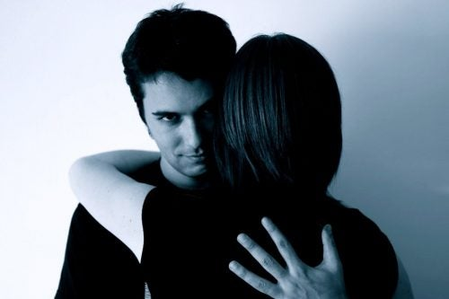 加害者とハグする女性