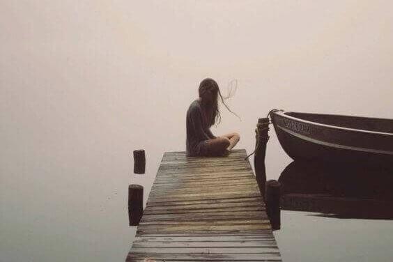 ボートの横に座る女性