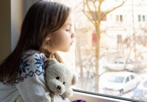 窓の外を眺める女の子