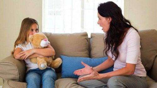 子供に怒る母親