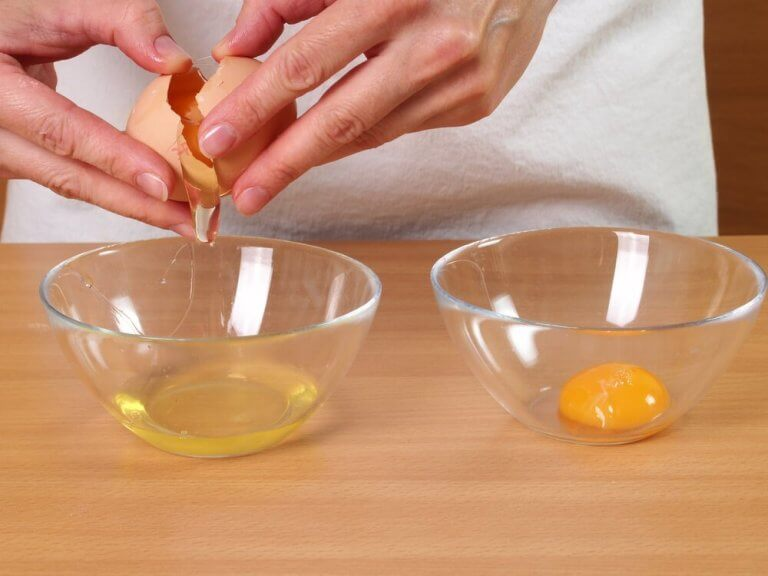 卵を割る人