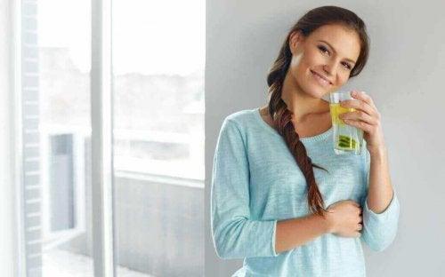 飲み物を手に持つ女性 レモン・フラックスシードウォーター
