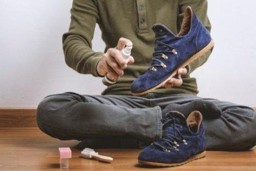 靴を手入れする男性