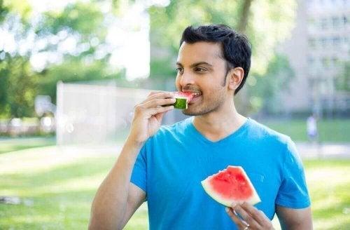 スイカを食べる男性
