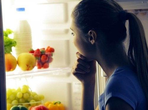 冷蔵庫を覗く