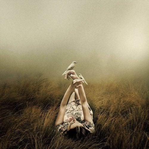 鳥と遊ぶ女性 孤独を感じる理由