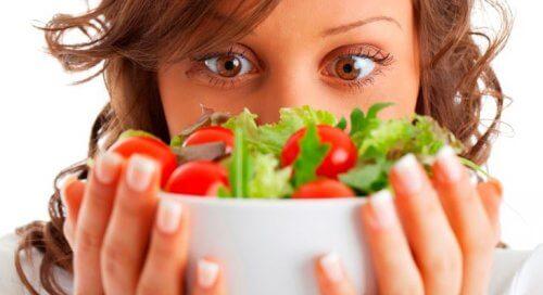 女性とサラダ