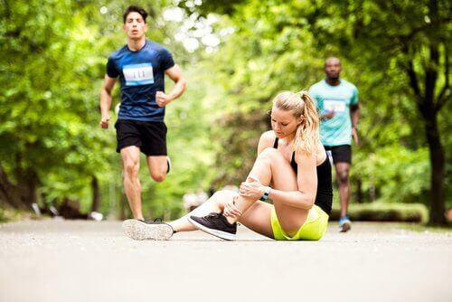 ねんざの症状を改善する自然療法