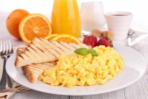 朝食に卵を食べる