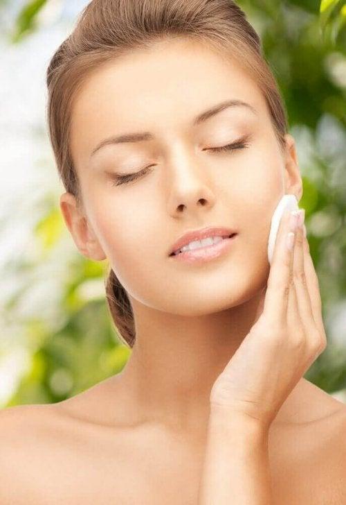 美しい肌に導く天然化粧水の作り方