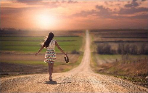 裸足で歩く女性