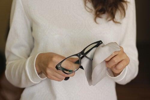 メガネの傷を取り除く6つの方法